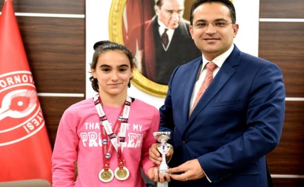 turkiye_sampiyonu_ece_yagmur_yavuz_d_baskan_olgun_atilaya_tesekkur_h63458_57ccf